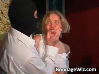 Tied blond gets rumpe spanked og pupper