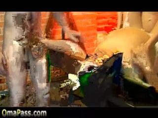 Nagyon régi bögyös nagyi baszás -val 2 fiatal boys videó