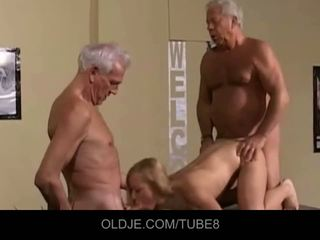 Appetizing muda rambut pirang di an tua seks tiga orang
