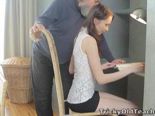 Tricky 늙은 선생: 운이 좋은 늙은 선생 fucks 그녀의 단 여성 성기 단단한.