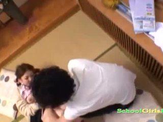 Skol licked och fingered av guy sugande hans kuk på den golv i den roo