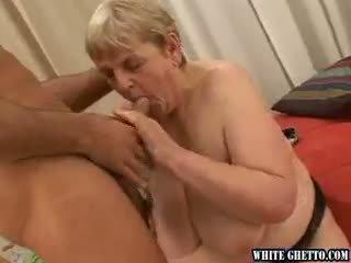 Gorda abuelita promises a pagar un joven dude a joder con él!