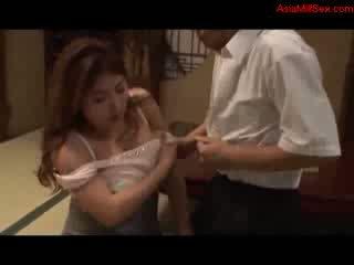 Kövér dögös bevállalós anyuka giving leszopás getting neki cicik szar punci licked által férj tovább a padló -ban a szoba
