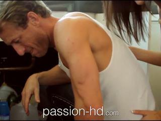Passion-hd plumber lays 彼の pipe で 角質 ティーン 女の子