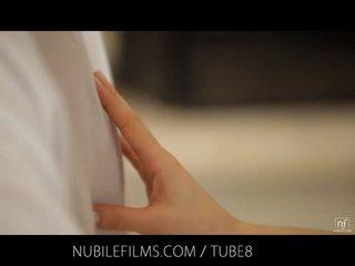 Nubile filma - spermë dripping nga të saj fytyra onto të saj e pacipë pak cica
