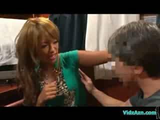 Ruskettunut tyttö getting hänen kainalo elin analhole ja puss licked päällä the mattress sisään the cabin