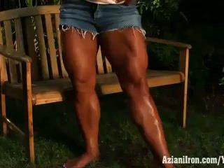 Aziani ferro amber deluca flexing suo biceps e enorme indietro