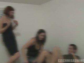 Чешка mega swingers: брюнетка whores в чешка стиль оргія