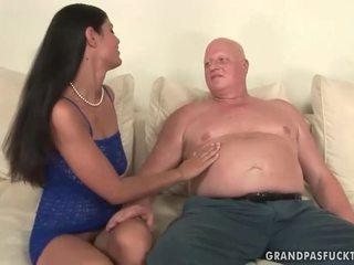 Tłusta babunia fucks niegrzeczne młody dziewczyna
