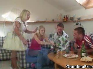 Partying guys पौंड ग्रॅनड्मा से दोनो ends