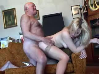 Vecchio nonno fucks giovane bionda