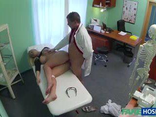 Ārsts banged sekss blondīne uz viņa cabinet.