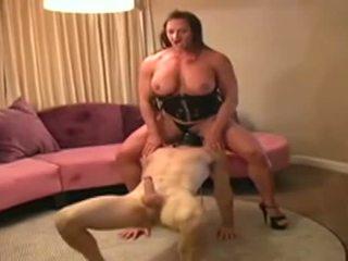 Female bodybuilder dominates 사람 과 gives 그를 입