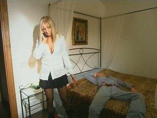 Blonde step-mom en bas seducing fils