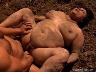 Farmer stretches mud filled 分厚い