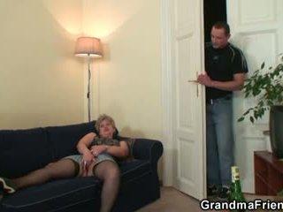 Nadržený babičky takes two cocks na jednou