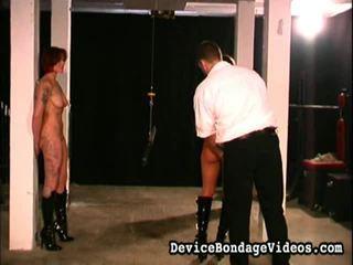 2 merginos čiulpimas apie abu ends apie a lazda.