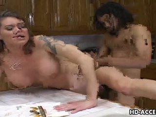 Хардкор трахання в the кухня з kayla quinn відео