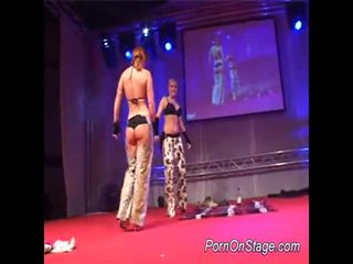 2 jenter inside lesbie showcase med offentlig