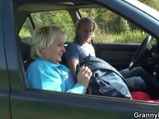 奶奶 getting pounded 在 该 汽车