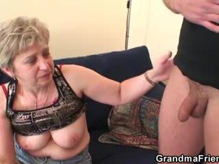 Vanaema takes two cocks pärast masturbation