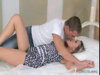 Tettona bionda mamma licked e scopata in stanza da letto