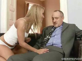 Nagypapa fucks övé fiatal barátnő