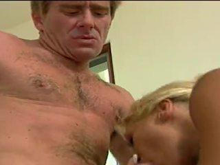 Seksi rambut pirang perempuan cabul getting double penetrated oleh dia lovers