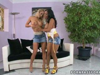Bitchy girlfriends kyra e candy heats su jointly bare per uno lezbo actionion