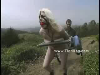 Μικροσκοπικός/ή κούκλα που πιάστηκε με άτακτος/η μπάτσος gets undressed και αναγκαστική να obbey αυτόν tied σαν ένα hog