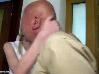 Tonårs cutie fucks morfar