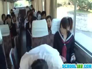 Nastolatka na a publiczne autobus puts jej twarz w a autobus rider lap