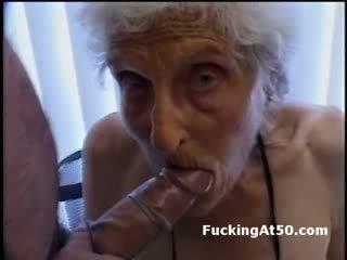Senile wrinkled grannyen gives avsugning och är körd av deviant missfoster