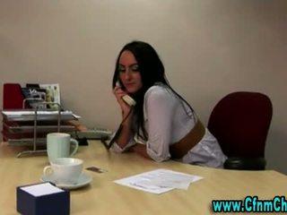 Seksowne ubrane kobiety i nadzy mężczyźni biuro laska wideo