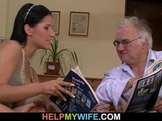 老 丈夫 watches 他的 妻子 getting banged