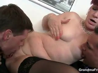 Toimisto bitch swallows two dicks