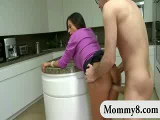 Žingsnis mamytė swallowed sunkus shaft ir nailed prieš a lėlė e ir joins jiems