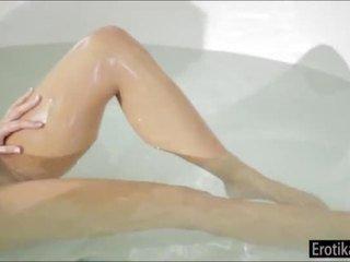 Adriana chechik takes de manhã bath com bf e ir para quarto para sexo