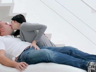 Jautrus bučiavimasis scena su gražus brunetė paauglys