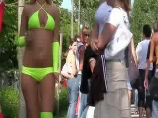A szexi bikini guminő van performing egy szépség vicces dance mert a öröm a a nyilvános