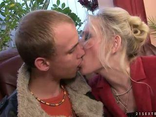Grannyen knull med henne ung boyfriend