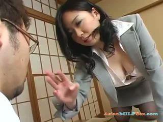 Dögös ázsiai bevállalós anyuka gets neki nagy cicik és punci licked