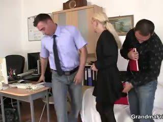 Two fellows pieprzyć babcia w praca
