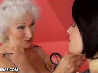 सेक्सी युवा tess visits the मेच्यूर norma पर घर को मदद उसकी.