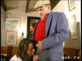 Frances milf în in trei cu papy voieur în o restaurant