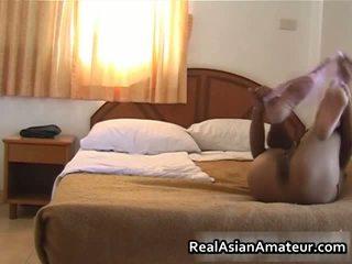亚洲人 的阴户 teases 她的 体