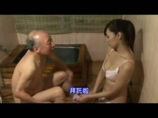 Japonesa enfermeira taking cuidado sobre avô vídeo