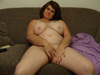 Regordeta esposa joanne rubs coño en sillón