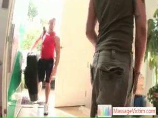 Jong fella getting zijn painfull terug threated door massagevictim