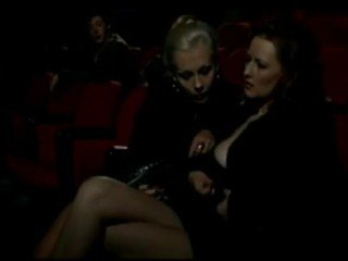 Alduterio italiano verschuldigd ragazze al bioscoop